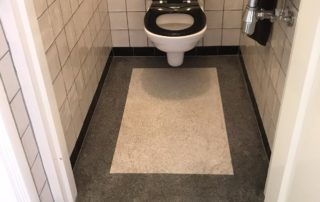 Toilet gelegd met Terrazzo vloer met rondom een brede bies